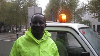 Mahamadou Touray, treballa a la neteja dels carrers.