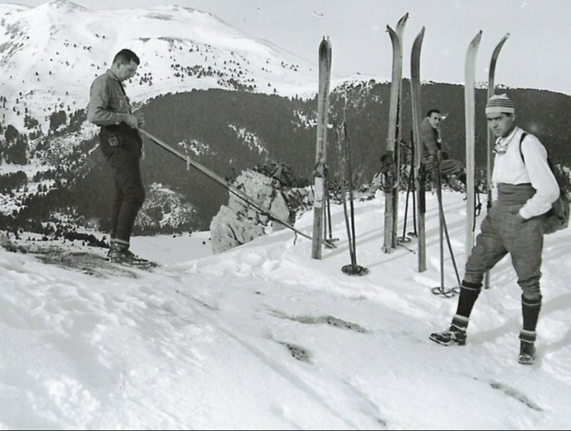 Excursionistes amb esquís a la Molina el 1926, quan l'estació encara no existia. ARXIU ISARD FORRELLAT