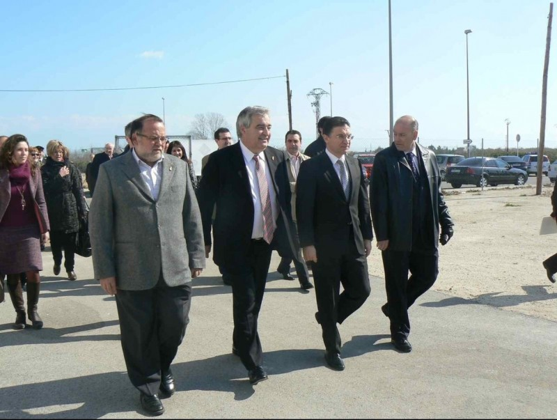 El conseller Serafí Castellano i l'alcalde recorren les obres de la platja. ARXIU