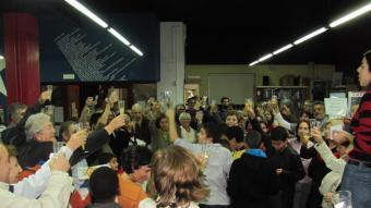 Un moment del comiat ahir de la biblioteca Allende D.V