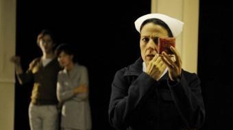 Míriam Iscla fa el personatge d'una infermera, i Joan Carreras i Sílvia Bel, que encarnen la parella protagonista de La ciutat, de Martin Crimp, se la miren DAVID RUANO