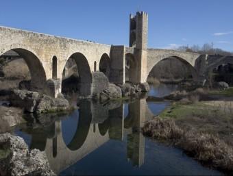 El pont fortificat de Besalú, exemple del patrimoni arquitectònic vinculat al Fluvià. EL PUNT AVUI