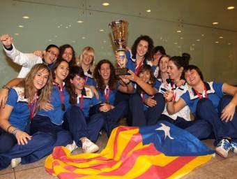 La selecció catalana femenina d'hoquei sobre patins, en la seva arribada a Catalunya després de guanya la copa Amèrica. A. SALAMÉ