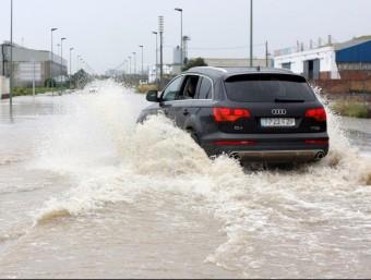 Un polígon de Tarragona totalment anegat per l'aigua ACN
