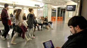 Jordi Casanovas, a l'estació de Girona, observant i escrivint. LL. SERRAT