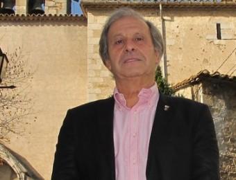 L'alcalde d'Aiguaviva Joaquim Mateu, davant l'edifici de l'ajuntament J.N