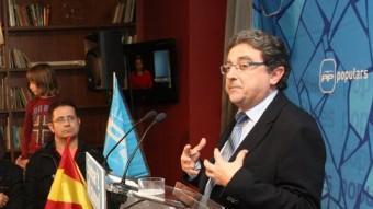 Enric Millo, a la dreta, la nit electoral, observat per la número dos, Concepció Veray, a baix a l'esquerra. LL.SERRAT