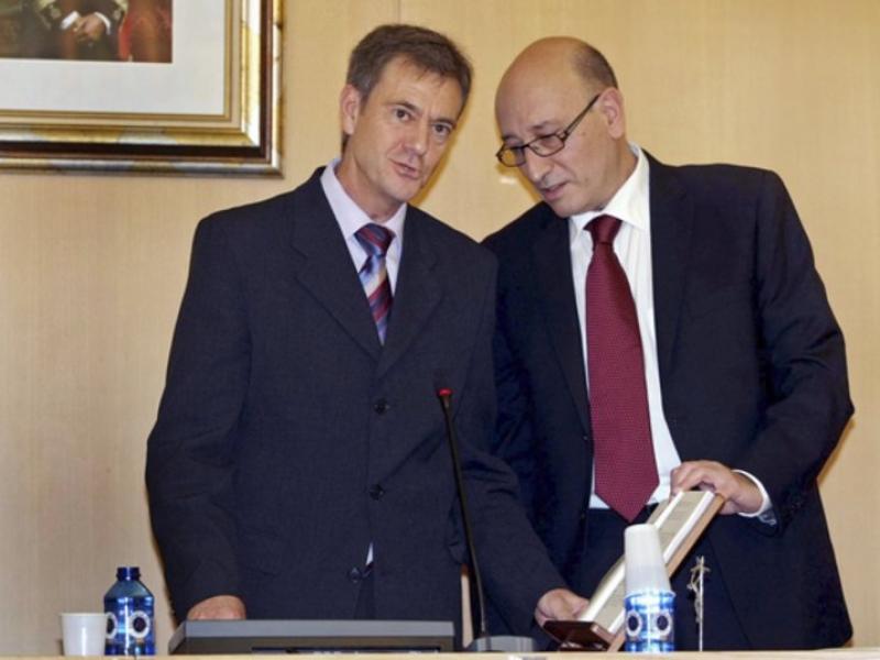 El socialista Manuel Díez promet el seu càrrec com a alcalde. EFE / MORELL