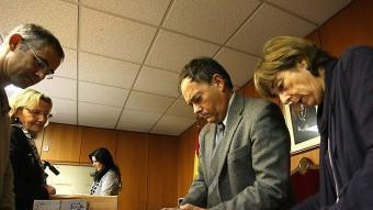 Fernando Lacaba, al centre, ahir al matí a la Junta Electoral durant el recompte del vot estranger. MANEL LLADÓ