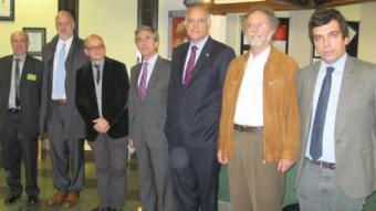 Els dirigents de fundacions entorn del director general Santiago Ballester, en l'acte d'ahir a Girona. E. C