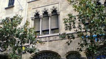 Finestres de l'edifici de la Caixa d'Estalvis i Pensions de Barcelona, de l'arquitecte August Font i Carreras (1905-06).  ARXIU