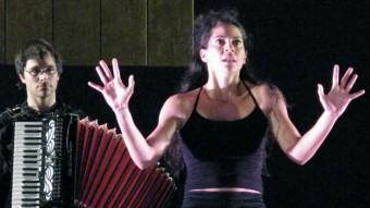 La Bella Dorment del Bosc, Maura Morales, amb el músic Dani Espasa a l'esquena, en un moment de l'obra P. GALILEI