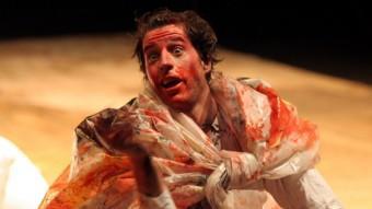 El clown català Blai Mateu, en un moment de l'espectacle 'Ï', que parla sobre l'exili amb llenguatge circense. JEAN-ALEXANDRE LAHOCSINSZKY