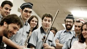 El director de l'espectacle, Pau Miró (a l'esquerra ), en un moment dels assajos amb Murtra Ensemble I. CORTADELLAS
