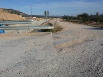 Els camions de gran tonatge que treballen al Xerta-Sénia han provocat l'aparició de clots en molts camins de Xerta. R.R