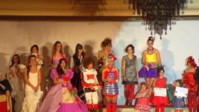 Models guanyadors en el IX Concurs de Vestits de Paper de Banyeres de Mariola. B. SILVESTRE