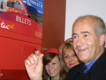 Christian Bourquin, president del Llenguadoc-Rosselló, agafant el primer bitllet a 1 euro J.M. ARTOZOUL
