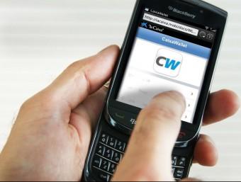 Un consumidor utilitza el 'wallet' de La Caixa en un telèfon mòbil  ARXIU