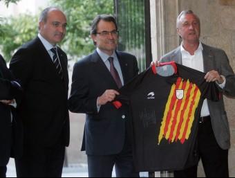 Tunísia celebra un dels gols d'ahir a San Mamés.El president de la Generalitat, Artur Mas, flanquejat per Andreu Subies i Johan Cruyff, ahir al Palau de la Generalitat. EFE J.R