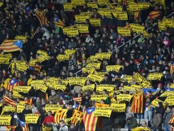 """L'afició alçant les banderoles amb el lema """"Catalunya al mundial Brasil 2014"""", ahir a l'Estadi Olímpic M. PÉREZ"""