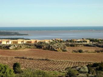 Terme municipal de Fitor amb l'estany de Salses i el mar al fons. ADF
