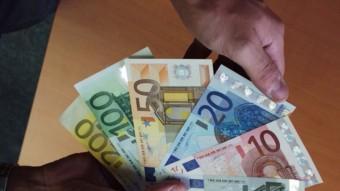 La circulació de diner en efectiu, cada cop més complicada. EL PUNT AVUI