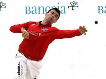 Álvaro retruca una pilota llançada per l'equip oponent en una partida del circuit Bancaixa. FREDIESPORT