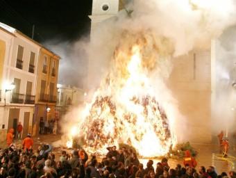 Crema de les més de 600 tones de llenya que formen la foguera de Canals. EL PUNT AVUI
