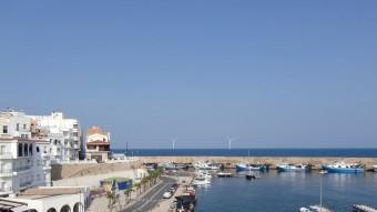 Fotomuntatge de com es veurien des del port de la Cala els molinets del parc eòlic marí a l'Ametlla de Mar IREC