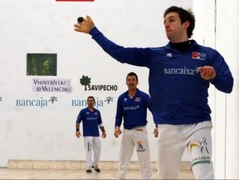 Héctor juga una pilota durant una partida del Circuit Bancaixa a Alcàsser. FREDIESPORT