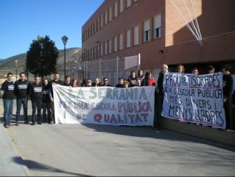 Concentració de professorat a les portes de l'Institut de Villar. EL PUNT AVUI