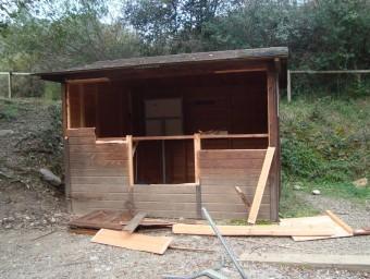 La caseta de fusta que s'usa de punt d'informació, després de ser víctima d'un vàndals. CONSORCI DE L'ALTA GARROTXA