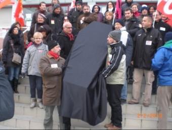 Enterrament simbòlic en la manifestació dels funcionaris dels impostos de Perpinyà. J.M. ARTOZOUL