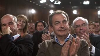 Chaves , pensatiu, al costat de Zapatero, que aplaudeix el seu successor a la secretaria general del PSOE, Alfredo Pérez Rubalcaba EFE