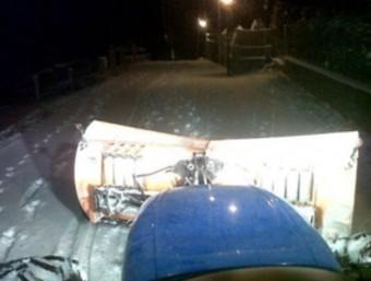 Un tractor, netejant la neu ahir a la nit a Molló. P.C