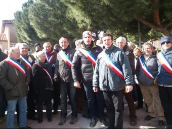 Els batlles de l'Alta Cerdanya i el Capcir durant la concentració a Perpinyà, on els manifestants van llençar boles de neu i vells esquís contra la policia A.R