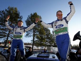 Jari-Matti Latvala i Mikka Anttila celebren el seu triomf moments després de completar l'últim tram. FORD WRT