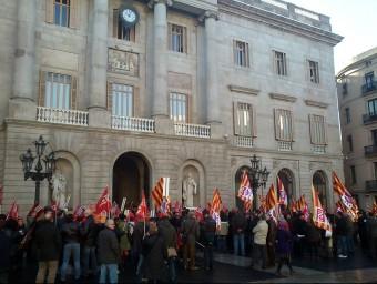 Un grup de delegats sindicals, concentrats aquest matí davant l'Ajuntament de Barcelona ACN