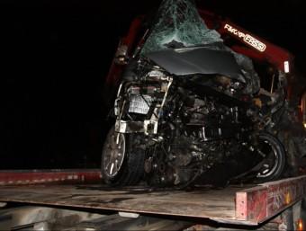 L'estat en què va quedar la furgoneta Volkswagen on hi viatjaven els tres homes i les dues dones que van resultar morts ACN