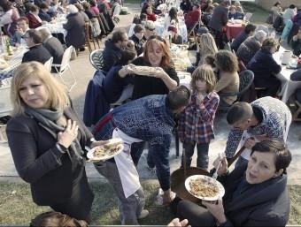 Un grup de dones es cruspeixen l'arròs a Albons en la festa de carnaval de l'any passat LLUÍS SERRAT / ARXIU