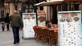 Cartells dels restaurants de la Rambla de Girona. JOAN SABATER