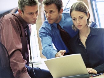 Tres consultors comenten un projecte.  ARXIU