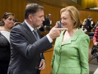 L'expresident aragonès Marcel·lí Iglesias, del PSOE, impulsor de la llei de llengües, i la seva successora Luisa Fernanda Rudi, del PP, el dia de presa de possessió de Rudi. ARXIU