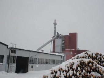 La planta de biomassa de Keuruu (Finlàndia), amb piles de llenya preparades per triturar i cremar, és l'exemple que ha pres Nufri per construir la seva central al Palau d'Anglesola J.TORT