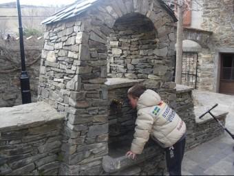 Un petit veí de Molló bevent aigua de la font de Can Masó, ben bé al centre del nucli urbà de Molló. EL PUNT AVUI
