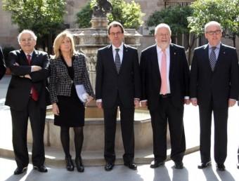 D'esquerra a dreta, Manuel Bustos, Miquel Buch, Andreu Mas-Colell, Joana Ortega, Artur Mas, Salvador Esteve, Josep Poblet, Jaume Torramadé iJoan Reñé, abans de la signatura ANDREU PUIG
