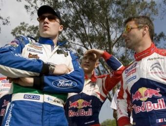 Loeb i Latvala conversen abans de l'inici del primer tram de l'etapa d'ahir. EFE