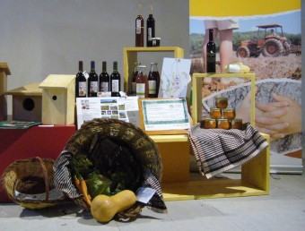 El paisatge de l'Empordà, des de la finca Can Torres. En el requadre alguns productes potenciats sota el concepte de Custòdia Agrària.