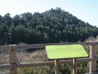 Un dels senyals per invidents a la vida verda que indica l'ermita de Sant Josep. EL PUNT AVUI