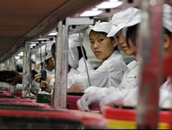 Una cadena de treballadors a la fàbrica de Foxconn a Shenzhen, la Xina  ACN